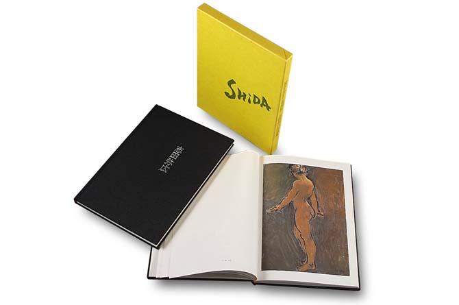 志田弥広画集上製本仕上げ、漆黒の布貼りに作家名を銀色の箔押しした画集本体と、見開きページ、黄色の化粧箱の写真。