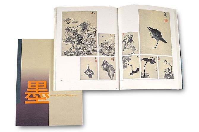 墨展図録の表紙の上に中面見開きページを重ねるように撮った写真。見開きには中国の墨絵作品が全面に9展配置してあります。