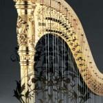 青山ハープの業界誌全面広告。ゴールド彫刻タイプハープの柱頭部と響版唐草(オリジナルアラベスクパターン)の合成イメージ。黒色バックに紫のAOYAMAロゴ表示。